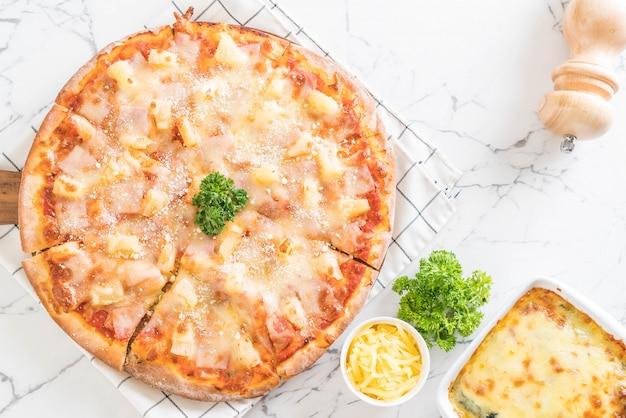 Pizza hawaiana sul tavolo