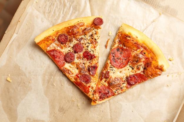 Pizza in una scatola di cartone