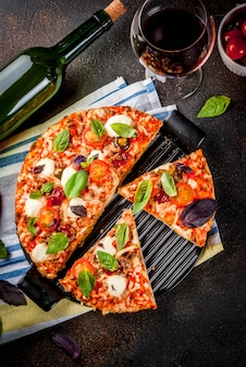 Pizza italiana affettata e vino rosso