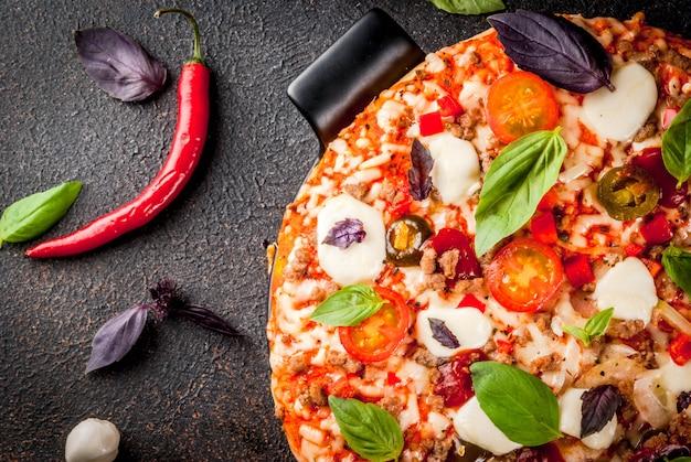 Pizza italiana con ingredienti