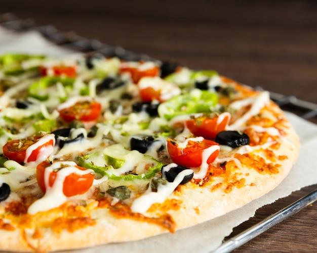 Pizza italiana con topping