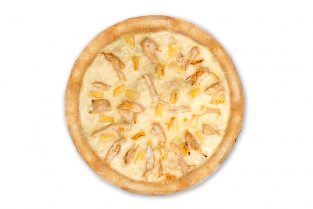 Pizza italiana deliziosa con ananas e filetto di pollo isolato su sfondo bianco, vista dall'alto