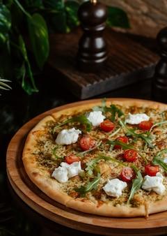 Pizza italiana fast food con verdure e vegetazione