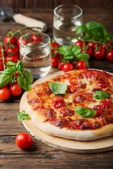 Pizza italiana fatta in casa margherita