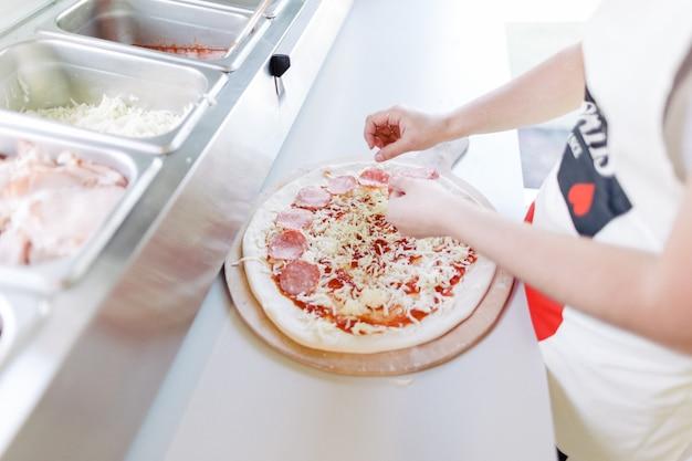 Pizza italiana. il processo di preparazione della pizza