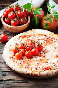Pizza italiana margherita con pomodoro e mozzarella