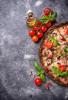 Pizza italiana su pasta nera. cibo alla moda
