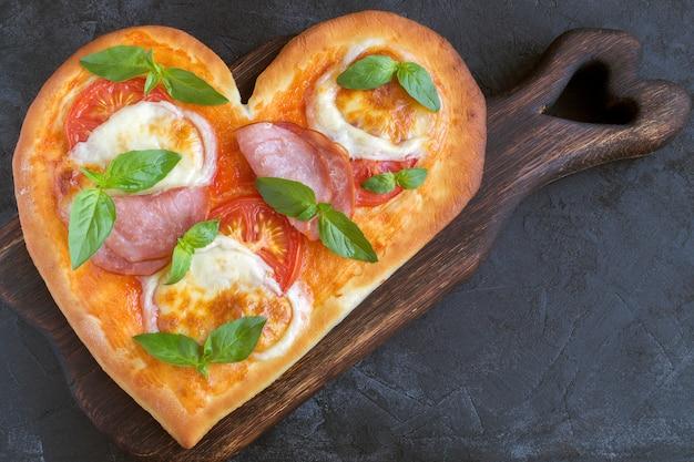 Pizza margarita a forma di cuore per san valentino.