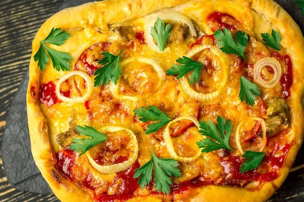 Pizza margarita con pomodori, olive, basilico e mozzarella da vicino