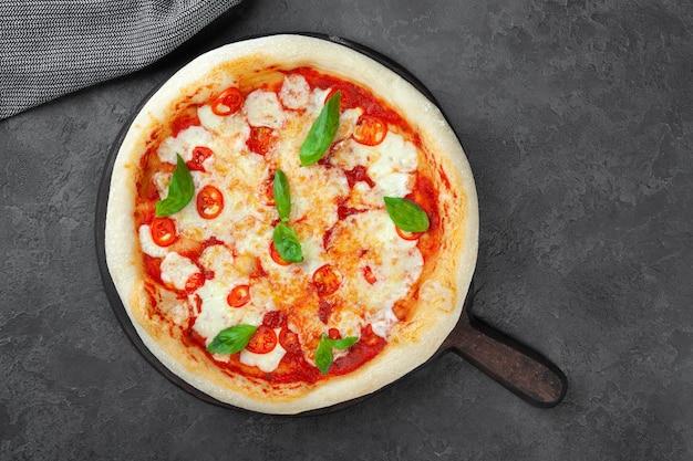 Pizza margarita fresca con pomodori, basilico, mozzarella