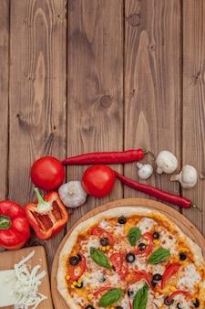 Pizza margherita o margarita con mozzarella, pomodoro, olive. pizza italiana su fondo in legno