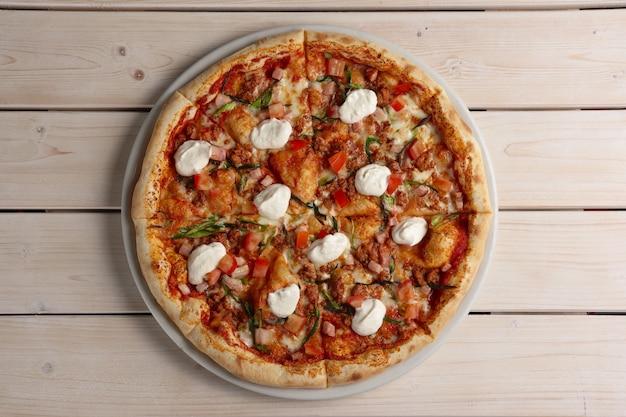Pizza messicana con trito fritto e mozzarella