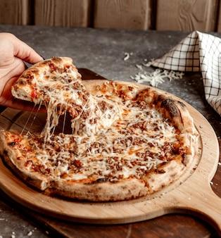 Pizza mista con carne tritata