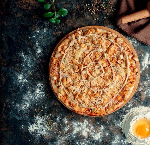 Pizza mista condita con formaggio extra