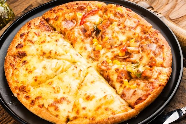 Pizza mista cucina italiana , pizza al gusto di pollo e durian