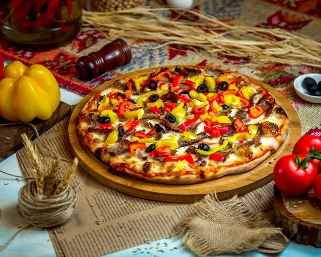 Pizza mista sulla scrivania in legno