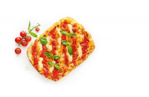 Pizza quadrata o pinza con mozzarella fusa e foglie di basilico verde fresco su sfondo bianco, vista dall'alto