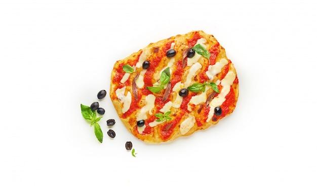 Pizza quadrata o pinza con mozzarella fusa, pomodorini rossi e foglie di basilico verde fresco su sfondo bianco, vista dall'alto