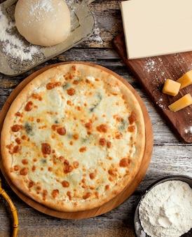 Pizza quattro formaggi sul tavolo