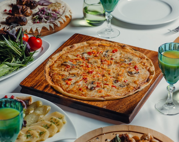 Pizza rotonda italiana sul tavolo