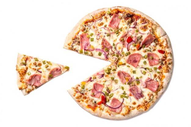 Pizza saporita fresca con formaggio, paprica, prosciutto e funghi con la fetta separata isolata su bianco.