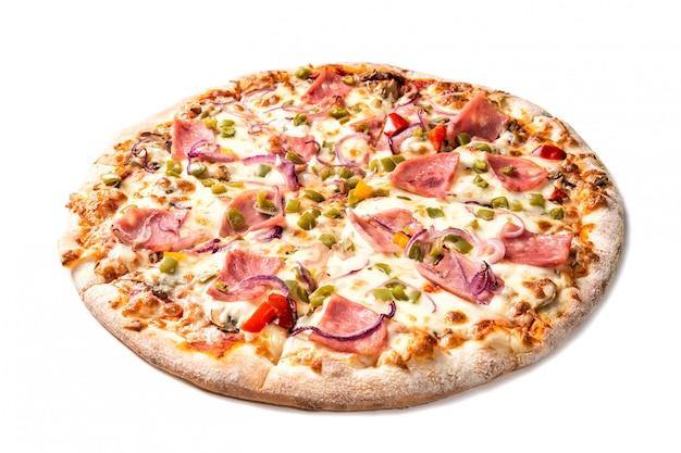 Pizza saporita fresca con formaggio, paprica, prosciutto e funghi isolati su bianco