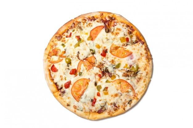 Pizza saporita fresca con i pomodori, le olive, il formaggio, la salsiccia ed i funghi isolati su bianco.
