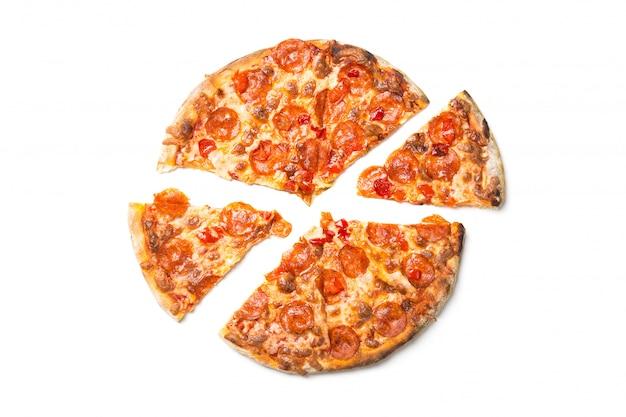 Pizza saporita fresca con le merguez isolate su bianco.