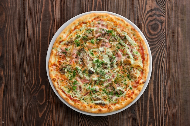 Pizza sottile in crosta con funghi prosciutto, zucca e ostriche