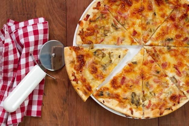 Pizza su sfondo marrone