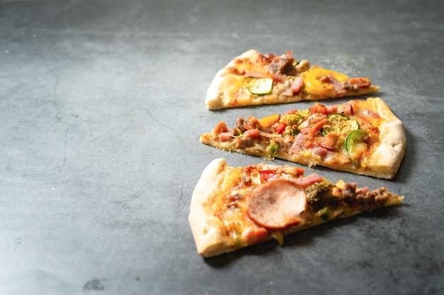 Pizza su sfondo scuro