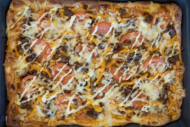 Pizza su una teglia