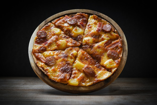 Pizza sul piatto di legno