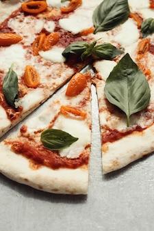 Pizza sulla superficie grigia