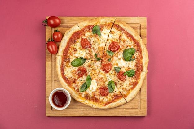 Pizza tradizionale fatta a mano sul tavolo rosso