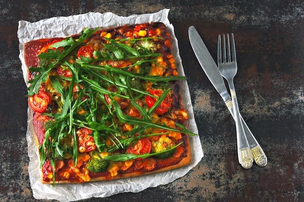 Pizza vegana con verdure e salsa.