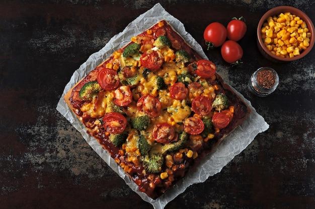 Pizza vegana fatta in casa con verdure e rucola fresca.