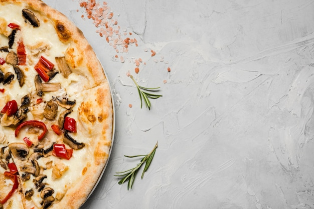 Pizza vegetariana con spazio di copia