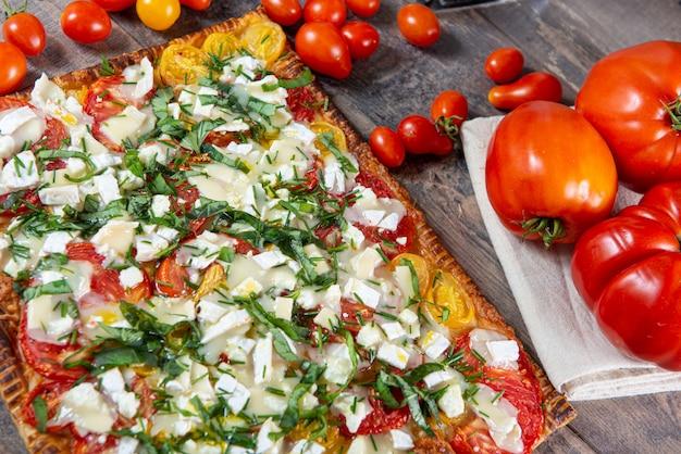 Pizza vegetariana fatta in casa con pomodori e formaggio