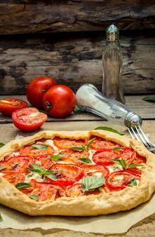 Pizza vegetariana messa a fuoco selettiva cibo biologico di natura.