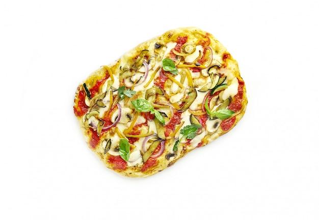 Pizza vegetariana quadrata romana isolata, vista dall'alto
