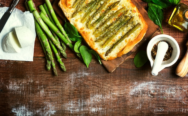 Pizza verde asparagi con erbe e mozzarella sfondo