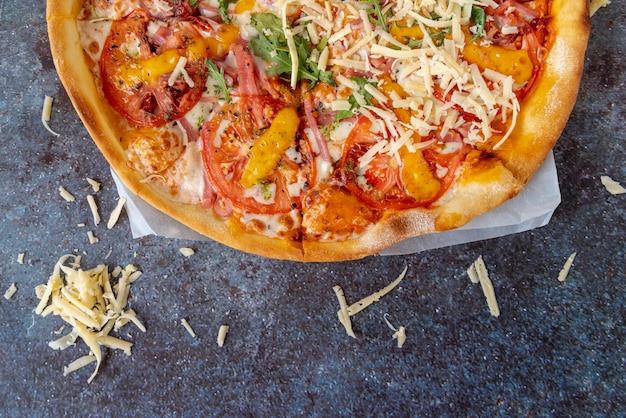 Pizza vista dall'alto con sfondo sgangherata