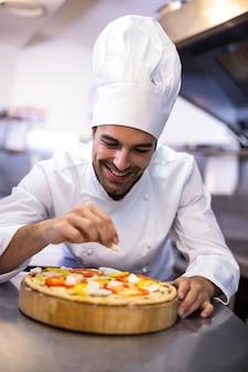 Pizzaiolo che produce pizza
