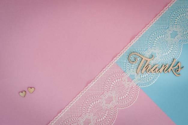 Pizzo bianco, cuori e lettere in legno grazie su rosa