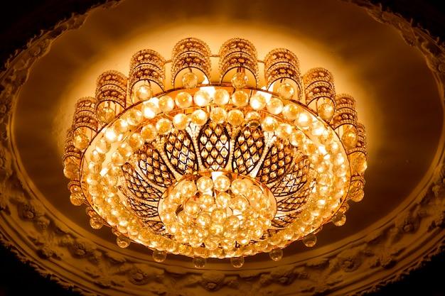 Plafoniera di lusso in stile brillante giallo dorato.