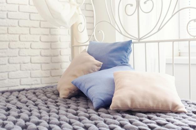 Plaid gigante in maglia grigia con cuscini