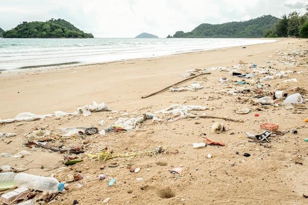 Plastica rovesciata sulla spiaggia. concetto di problema ecologico