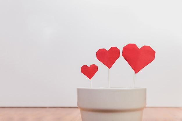 Plato con forma de corazon con cubiertos