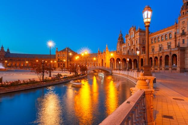 Plaza de espana di notte a siviglia, in spagna